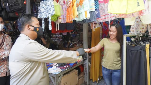 Polisi Bojonegoro Bagikan 10 Ribu Masker ke Masyarakat (43821)