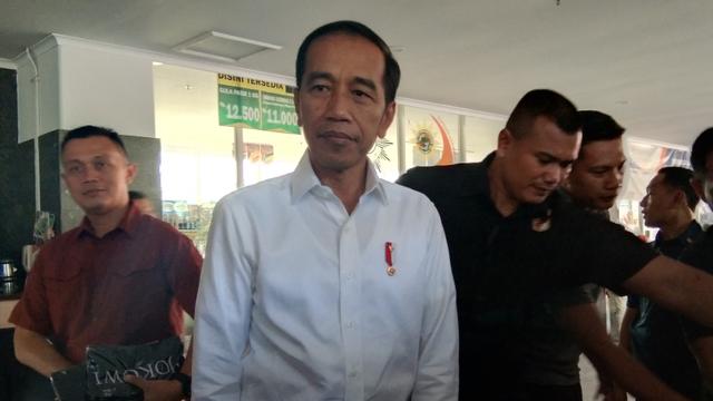 Kunjungan ke Jateng, Presiden Jokowi Ziarahi Makam Orang Tuanya (5320)
