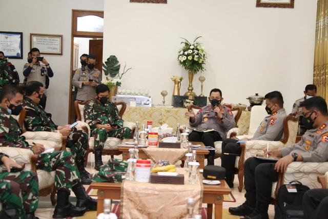 Panglima TNI dan Kapolri Berikan Arahan dalam Penanganan Covid-19 di Bangkalan (22850)