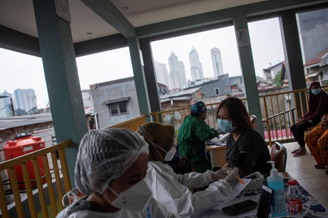 Foto: Vaksinasi Bagi 18 Tahun Ke Atas di RPTRA Bandar Kemayoran (232951)