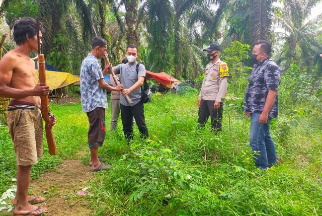 Sukarela, Warga Suku Anak Dalam Jambi Serahkan Senpi Rakitan ke Polres Merangin (22185)