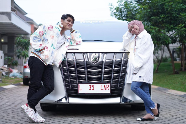 5 Berita Populer: Jessica Mila Pacaran; Lesty-Rizky Billar Dapat Mobil Mewah (1048292)