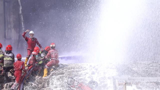 Pertamina Berhasil Padamkan Total Kebakaran di Tangki Kilang Cilacap (52098)