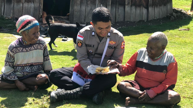 Polisi Ingatkan Lansia di Puncak Jaya Jaga Kesehatan  (130608)
