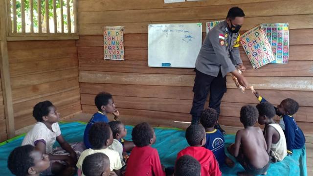Polisi Pi Ajar Menyasar Kampung di Perbatasan Papua  (128176)