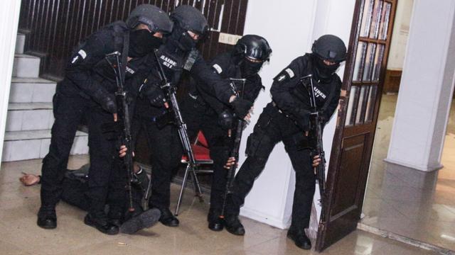 69 Teroris yang Ditangkap di Makassar dan Merauke Dibawa ke Jakarta (10987)