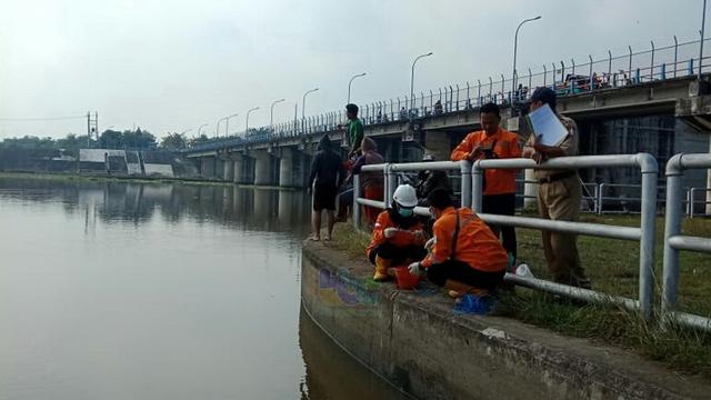 DLH Bojonegoro Lakukan Pengujian Air Sungai Bengawan Solo yang Diduga Tercemar (23106)