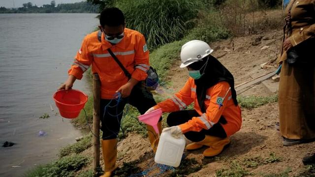 DLH Bojonegoro Lakukan Pengujian Air Sungai Bengawan Solo yang Diduga Tercemar (23107)