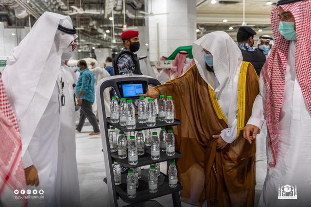 Kini Ada Robot yang Distribusikan Air Zamzam di Masjidil Haram dan Masjid Nabawi (209700)