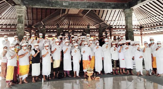 Dukung 'Bali Open Border', Komponen Pariwisata Doa Bersama di Pura Besakih (40141)