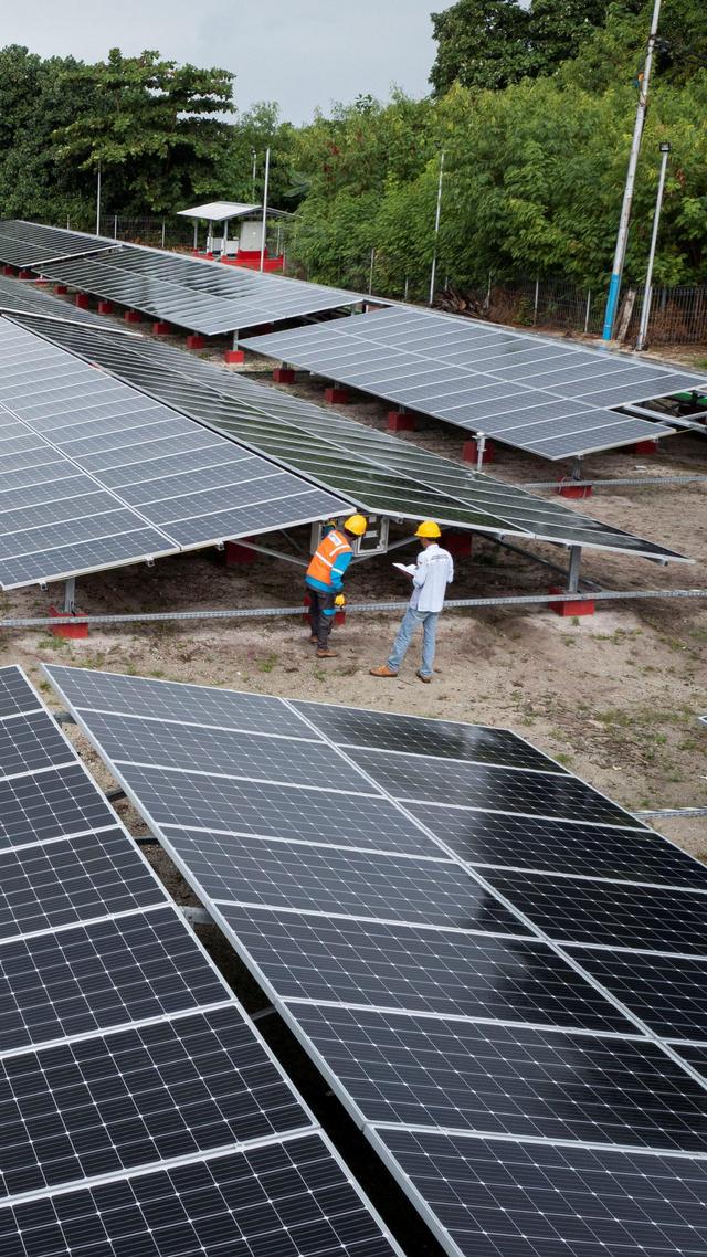 Foto: PLTS Atap Salurkan Energi Listrik Bagi Masyarakat Pulau Sabira (190007)