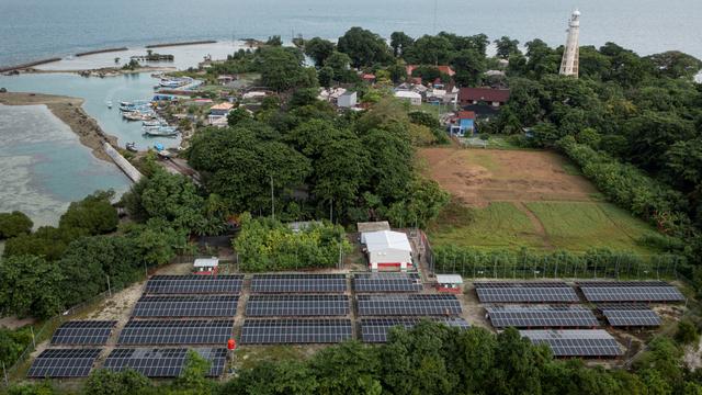 Foto: PLTS Atap Salurkan Energi Listrik Bagi Masyarakat Pulau Sabira (190011)