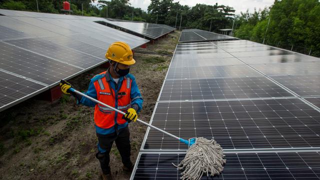 Foto: PLTS Atap Salurkan Energi Listrik Bagi Masyarakat Pulau Sabira (190010)