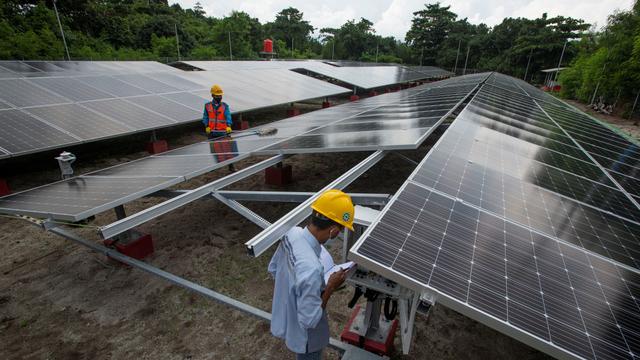 Foto: PLTS Atap Salurkan Energi Listrik Bagi Masyarakat Pulau Sabira (190008)