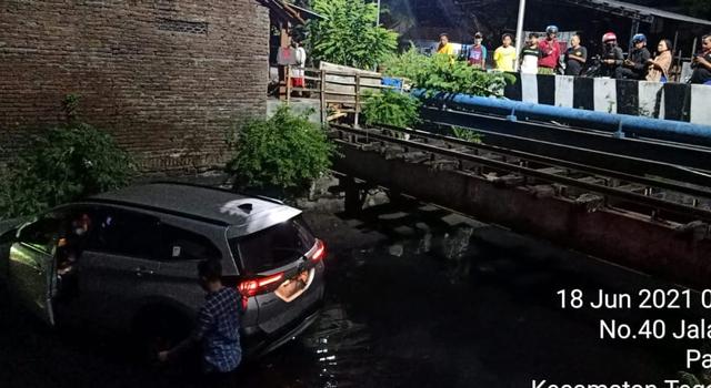 Hindari Mobil yang Terobos Lampu Merah, Toyota Rush Masuk Sungai di Kota Tegal | kumparan.com