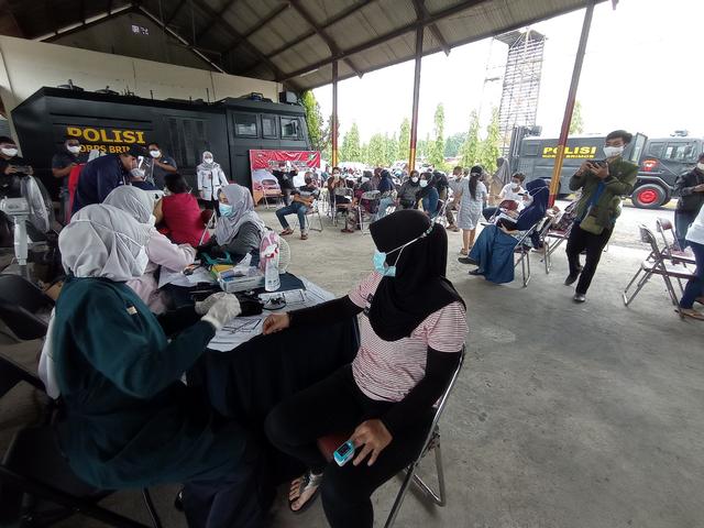 Batalyon C Brimob Polda Jabar Gelar Vaksinasi Gratis di Cirebon (438098)