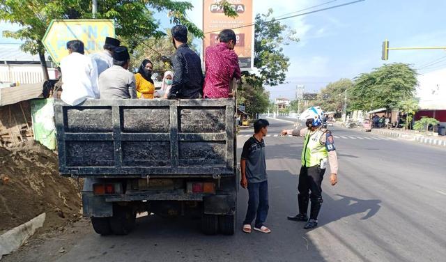 Polisi Tegur Sopir Truk Angkut Orang (185646)