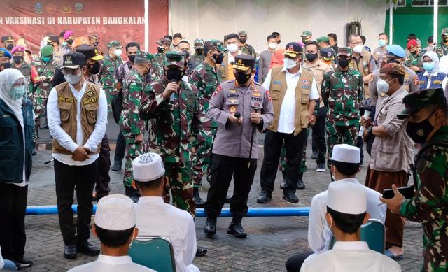 Panglima TNI dan Kapolri Dengarkan Keluhan Warga Bangkalan (11923)
