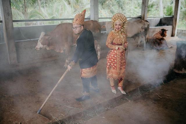 Viral: Bukan di Tempat Mewah, Pengantin Ini Pilih Foto Wedding di Kandang (616383)
