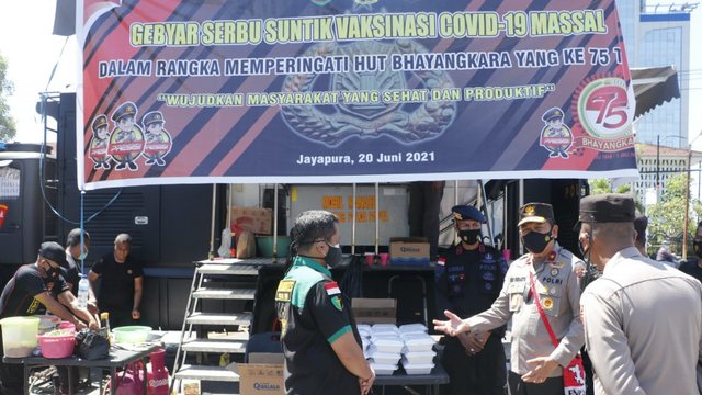 Nasi Goreng Seafood Olahan Brimob Papua untuk Warga Jayapura Usai Vaksin  (58492)