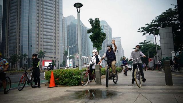 Di Tengah Polemik Jalur Sepeda, Anies Gowes Bareng Istri-Anak di Jalan Sudirman (783002)