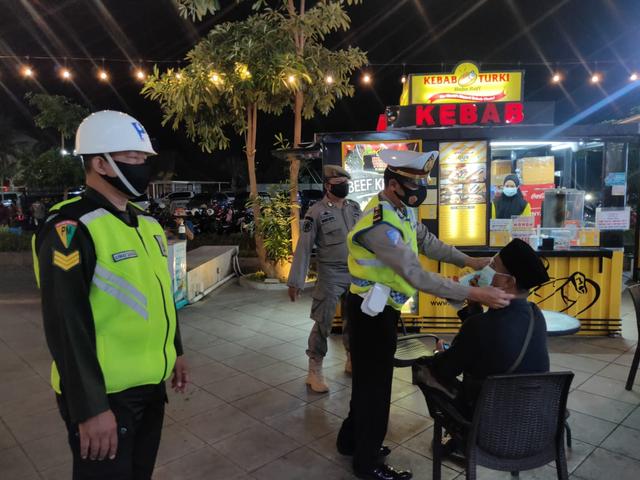 Patroli Gabungan TNI Polri Ingatkan Prokes 5M dan Bagikan Masker (9129)