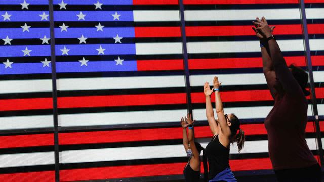 Foto: Yoga di Times Square New York, Merayakan Titik Balik Musim Panas (50354)
