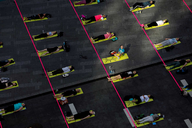 Foto: Yoga di Times Square New York, Merayakan Titik Balik Musim Panas (50355)