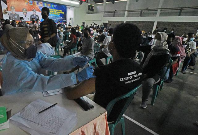 Wilayah Bodetabek dan Bandung Raya Mulai Vaksinasi Warga Usia 18 Tahun ke Atas (683280)
