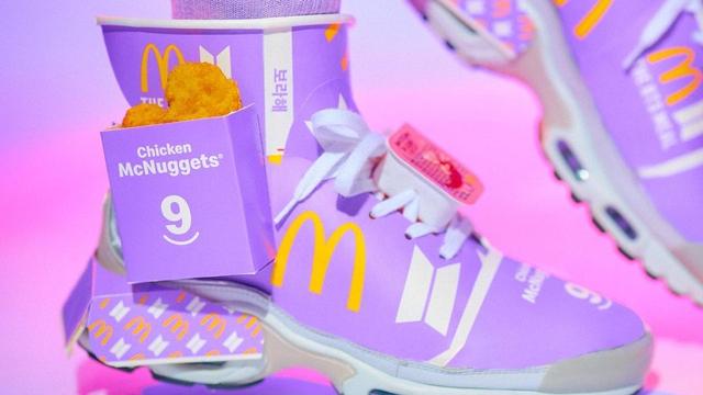 Kece! Seniman Ini Sulap Kemasan BTS Meal Jadi Sneakers (516122)