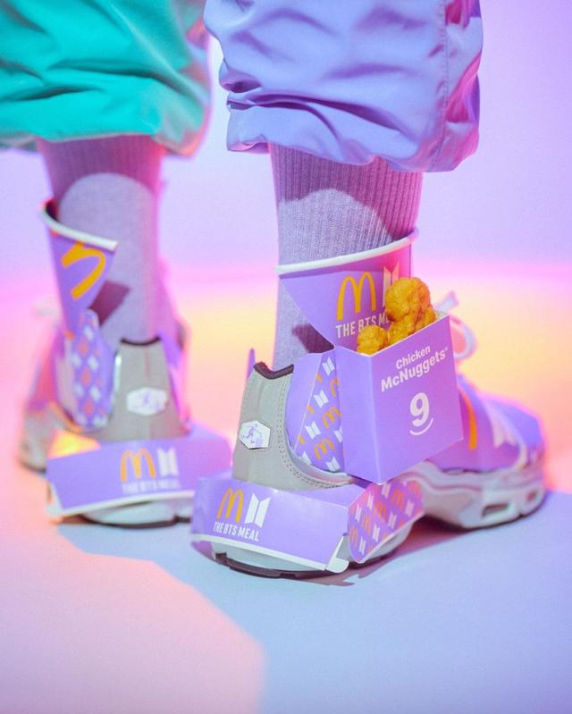 Tampilan Sepatu Sneakers yang Terbuat dari Bungkus BTS Meal (78402)