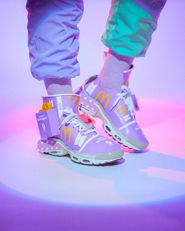 Tampilan Sepatu Sneakers yang Terbuat dari Bungkus BTS Meal (78401)