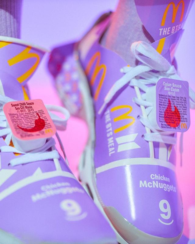 Tampilan Sepatu Sneakers yang Terbuat dari Bungkus BTS Meal (78403)