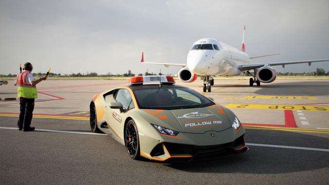 Bandara Ini Gunakan Lamborghini Sebagai Pemandu Pesawat (13219)