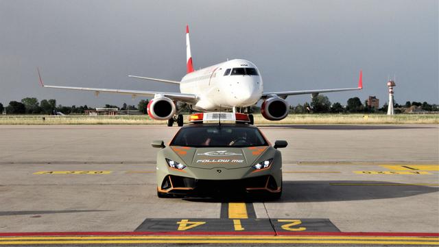 Bandara Ini Gunakan Lamborghini Sebagai Pemandu Pesawat (13220)