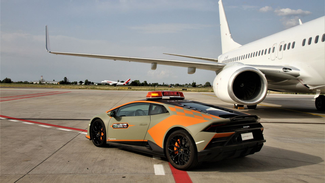 Bandara Ini Gunakan Lamborghini Sebagai Pemandu Pesawat (13221)