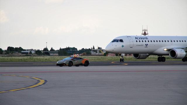 Bandara Ini Gunakan Lamborghini Sebagai Pemandu Pesawat (13222)