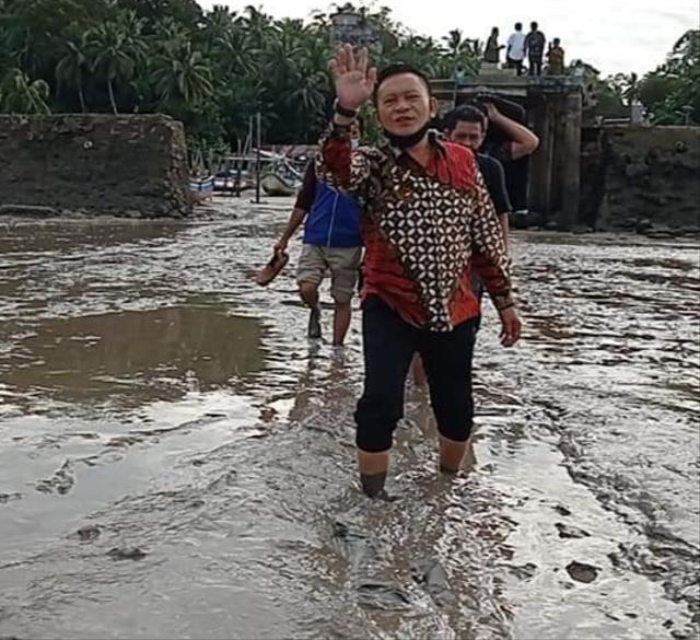 Ketua DPRD Babel Prihatin Lihat Dermaga Nelayan Desa Tanjung Pura (23160)