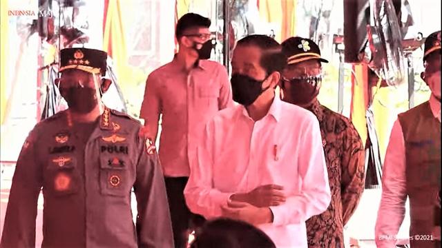 Jokowi Tinjau Vaksinasi 7.500 Orang di Lapangan Bhayangkara Mabes Polri (382574)