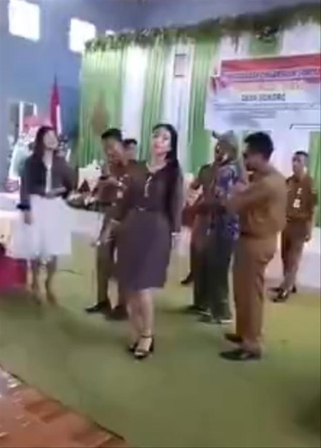 Video Perangkat Desa di Grobogan Asyik Joget Dangdutan Tak Pakai Masker     (372384)