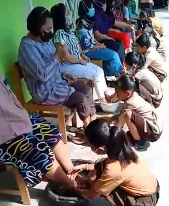 Rayakan Kelulusan, Murid SD di Kapuas Basuh Kaki Ibunya (109241)