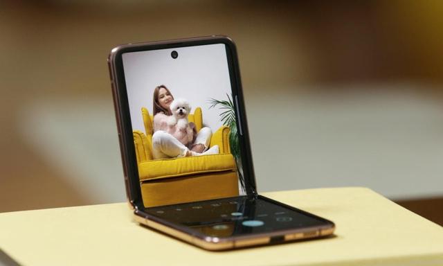 5 Alasan Mengapa Samsung Galaxy Z Flip Bisa Mendukung Gaya Fashion Minimalis (181487)