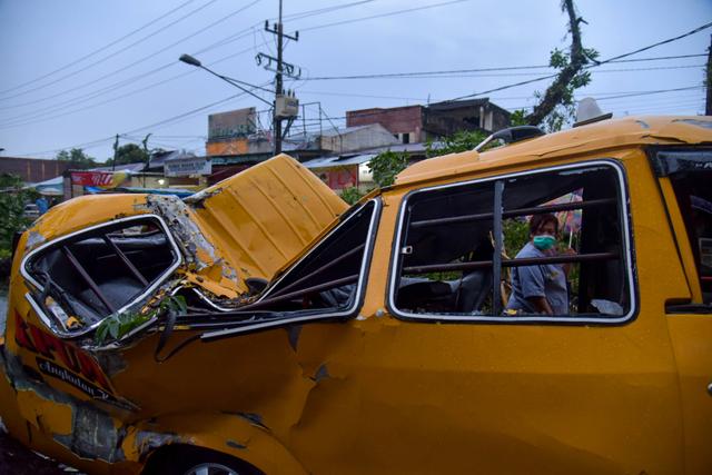 Foto: Pohon Tumbang Hancurkan Angkot dan Mobil Pribadi di Medan (10172)
