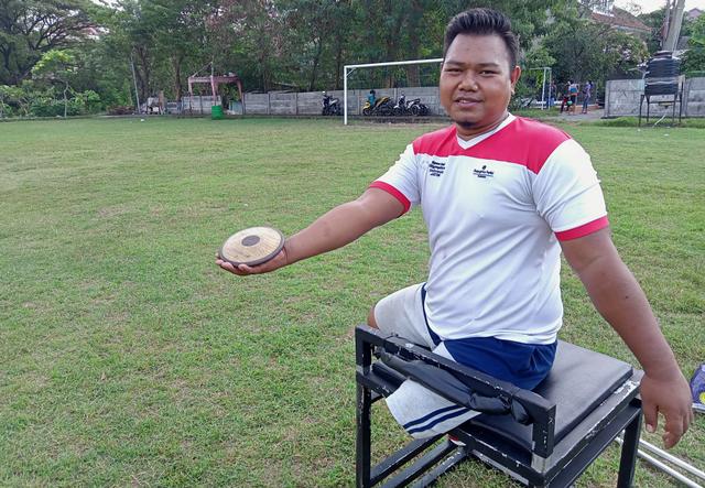 Atlet Paralimpik di Surabaya Latih Lempar Cakram di Area Pemakaman (768176)