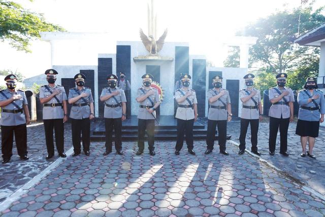 Hari Bhayangkara ke-75, Kapolres Situbondo Ziarah ke TMP Hormati Jasa Pahlawan (31288)