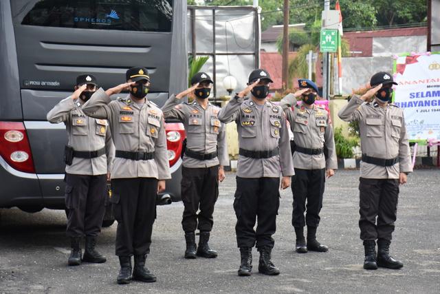 35 Personel Polres Sintang Naik Pangkat Setingkat Lebih Tinggi (81187)
