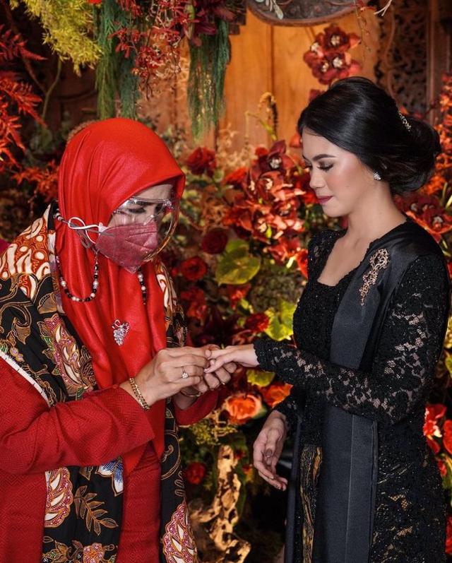 7 Momen Manis Acara Lamaran Ifan Govinda dan Kekasih, Usung Tema Adat Jawa (60067)