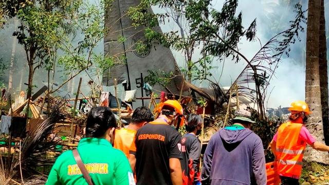 Kotak Hitam Pesawat Militer Filipina yang Jatuh Berhasil Ditemukan (3892)