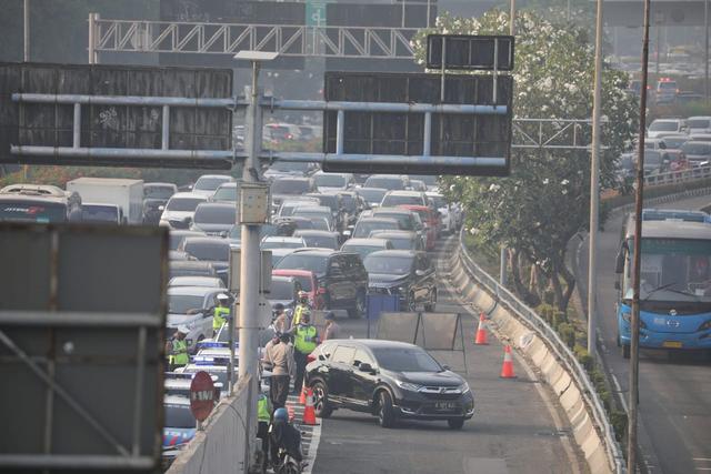 Tol Dalam Kota Padat, Mobil Rela Antre Demi Lolos Penyekatan (458988)
