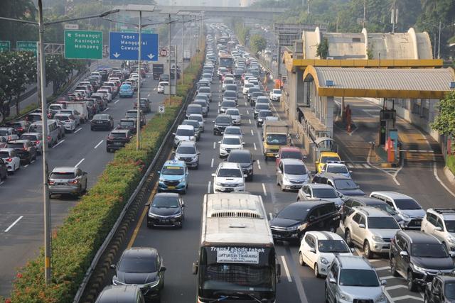 Tol Dalam Kota Padat, Mobil Rela Antre Demi Lolos Penyekatan (458986)